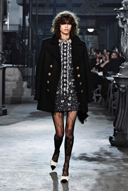 Photo Credit: fashiondesain http://www.fashiondesain.com/fashion-trends/chanel-channels-classic-cinema-for-pre-fall-2016